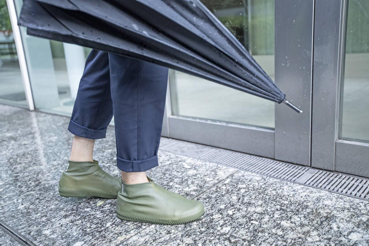 防水シューズカバーをカバンに常備すれば、雨の日がもっと快適に!