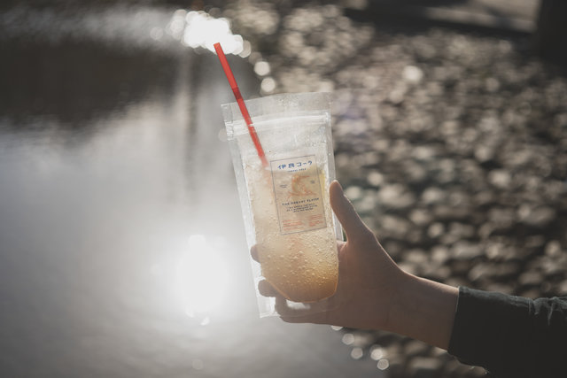 クラフトコーラ文化の発信拠点「伊良コーラ総本店下落合」で、素材と作り手が見えるコーラを飲む