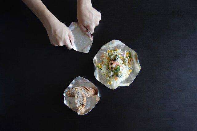 曲げたり、折ったり、伸ばしたり。自由に形作れる錫の食器「すずがみ」