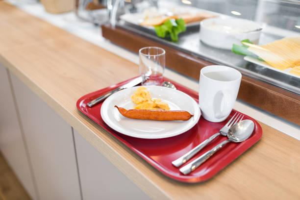 木製のテーブルの上に新鮮な朝食立って