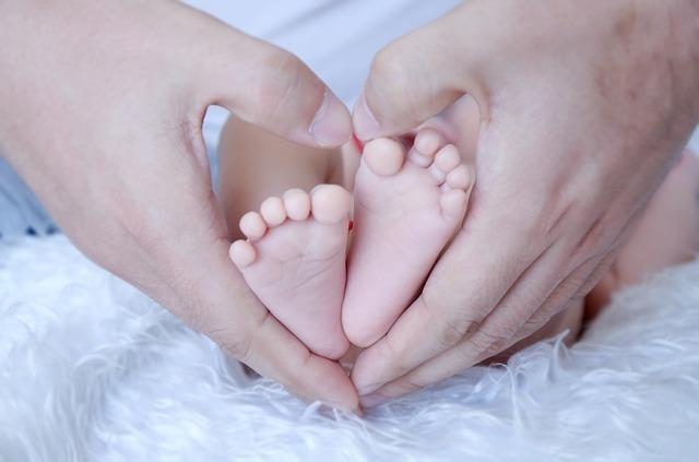 赤ちゃんの便秘を解消する方法は?受診の目安や予防法、原因も紹介