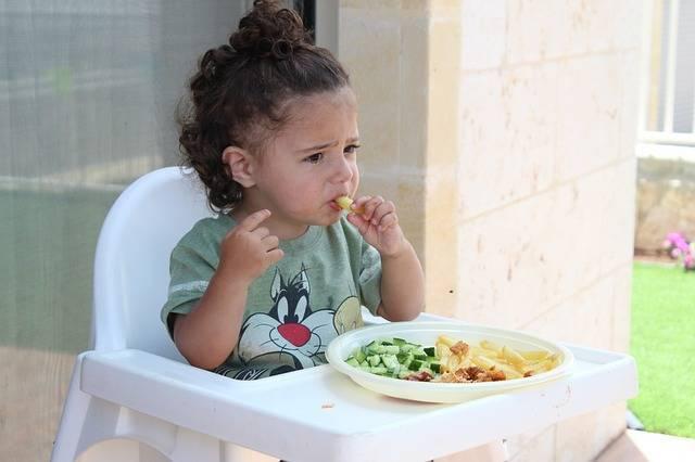 「赤ちゃんを連れて外食」は無謀?「行く場合」は皆どうしてる?