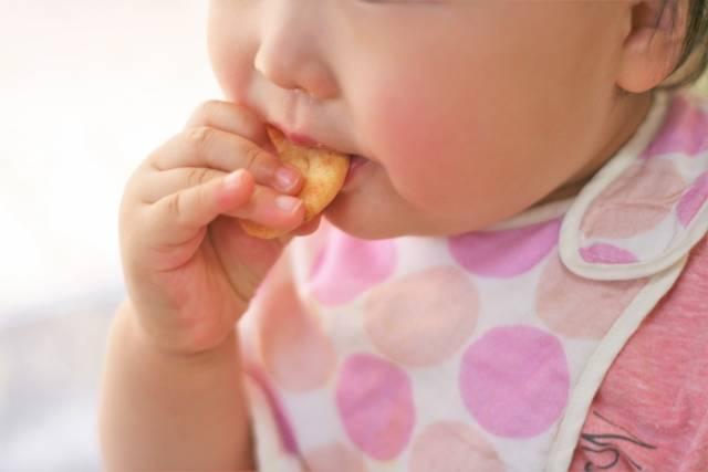 離乳食後期の手づかみはとても大切!食べこぼし対策でママの負担減