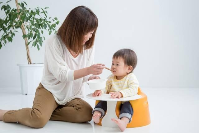 一歳児の離乳食なんで食べてくれないの?悩みと進め方をレシピで解決!対処法も徹底解説♪