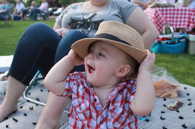 赤ちゃんの帽子はいつから?紫外線から守るための選び方や嫌がるときの対処法