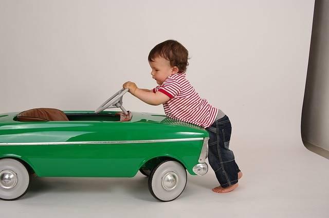 赤ちゃんにおもちゃはいつから与える?0歳~1歳までのおすすめのおもちゃや遊び方