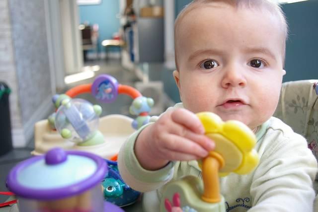 おもちゃで赤ちゃんにたくさんの刺激を!ママも楽しく遊べることが選び方のポイント♪