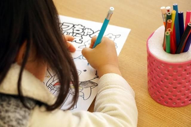 子供の室内遊びに!幼児でも使いやすい色鉛筆おすすめ5選!塗り絵がもたらす効果とは?