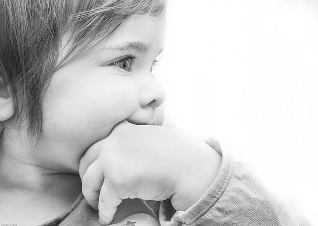 赤ちゃんの歯ぎしりは成長している証拠?!乳歯の生える時期に多い理由と対策について