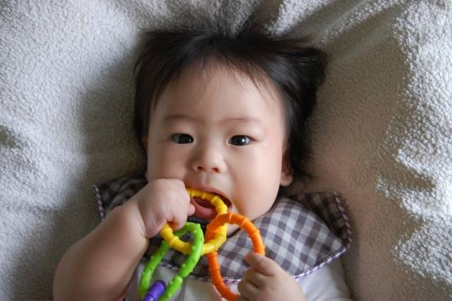 赤ちゃんにおもちゃは必要?月齢・年齢別の赤ちゃんに合ったおもちゃや商品をご紹介