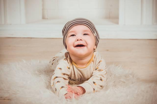新生児の服はどう選ぶ?季節別・おすすめの素材や着せ方をマスターしよう!