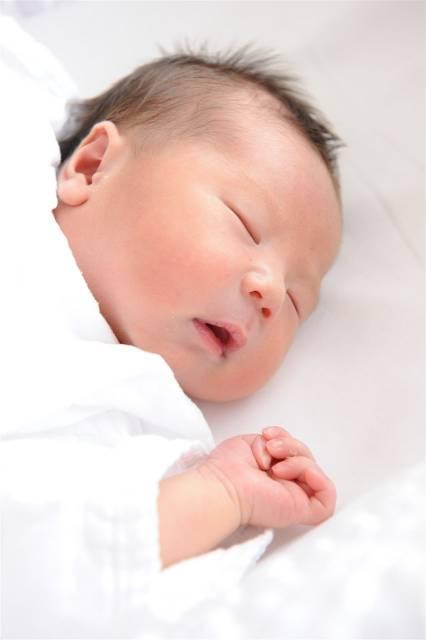 赤ちゃんのかわいいバンザイ寝の理由とは?いつからいつまで見られるポーズなの?