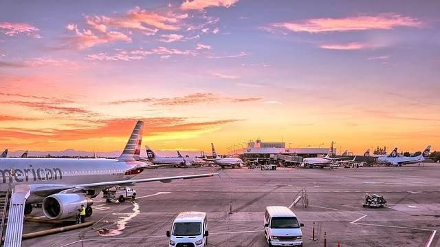 飛行機で赤ちゃんと旅するコツって?準備しておくと役立つもの、快適に過ごす工夫とは?