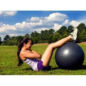 ダイエットにバランスボールが効果大♡隙間時間に出来る!目的別・初心者向けエクササイズ10選