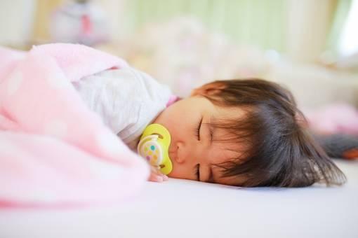 赤ちゃんの睡眠の特徴は?眠りを整えるポイント&環境作り・安眠お助けグッズ3選も!