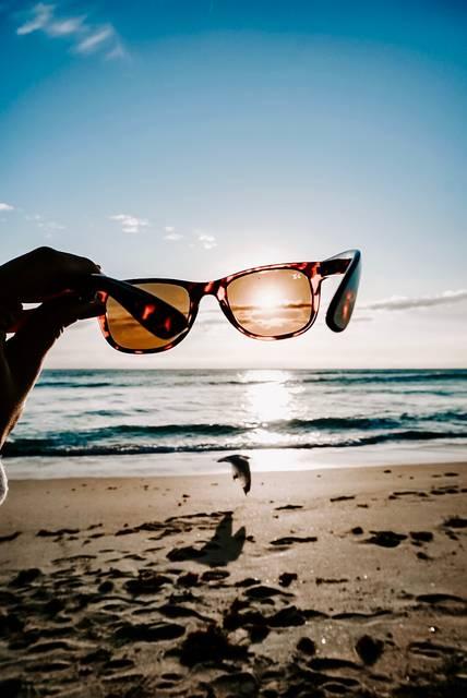 レディースサングラスの選び方!自分に似合うデザイン&カラーを見つけておしゃれな大人に大変身