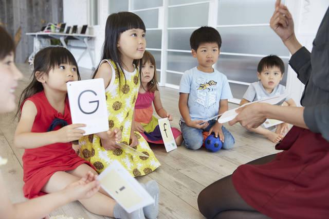 子どもの英会話教室に通わせるベストな時期は?気になる月謝や選び方・おすすめ教室3選も!