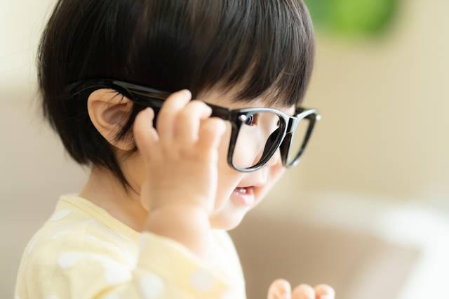 """子どもの視力低下が低年齢化中!幼児期から身につけたい""""目を大切にする習慣""""とは?"""