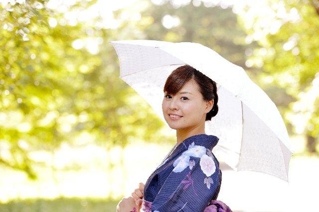 便利な折りたたみ日傘で紫外線対策バッチリ!選び方のポイントとおすすめアイテム8選を大公開!
