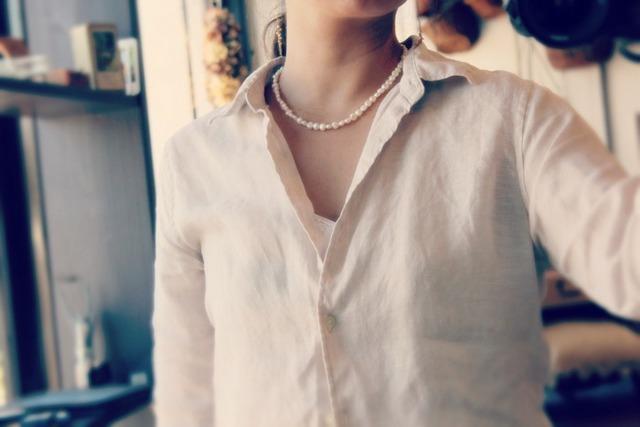 大人コーデの第一歩!シンプルシャツにパールネックレス