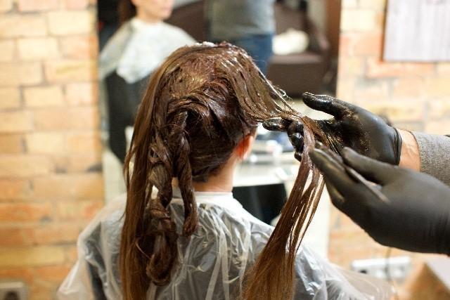 カラーリングする女性の髪4 写真素材なら「写真AC」無料(フリー)ダウンロードOK (10577)