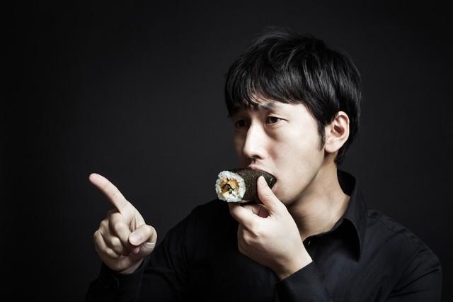 今年の方角を確認しながら恵方巻を頬張る福男|フリー写真素材・無料ダウンロード-ぱくたそ (18743)