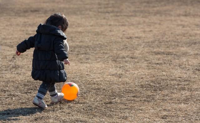 ボール遊びをする子供|フリー写真素材・無料ダウンロード-ぱくたそ (18822)