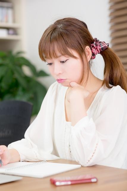 試験勉強中の女性|フリー写真素材・無料ダウンロード-ぱくたそ (20938)