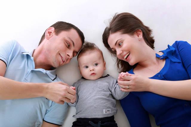 [フリー写真] 赤ちゃんと父親と母親でアハ体験 -  GAHAG | 著作権フリー写真・イラスト素材集 (22152)