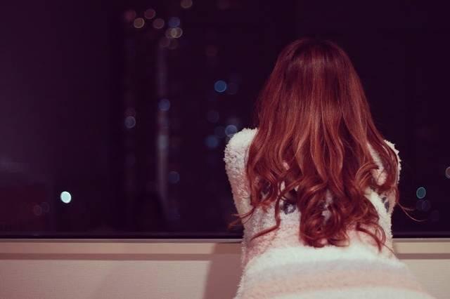 寝る前にひとり夜景を眺める女の子のフリー写真画像|GIRLY DROP (22169)