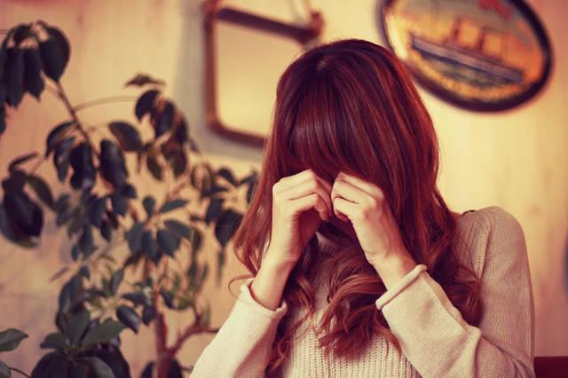 めそめそ泣いている悲しそうな女の子のフリー写真画像|GIRLY DROP (22175)