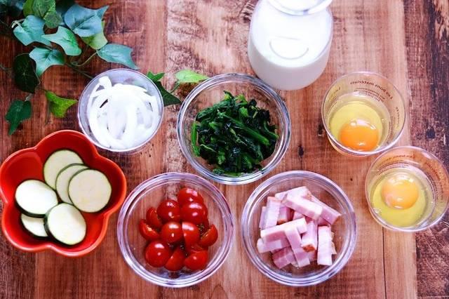 ズッキーニ、たまねぎ、トマト、ほうれん草、牛乳、ベーコン、たまごのフリー写真画像|GIRLY DROP (24033)