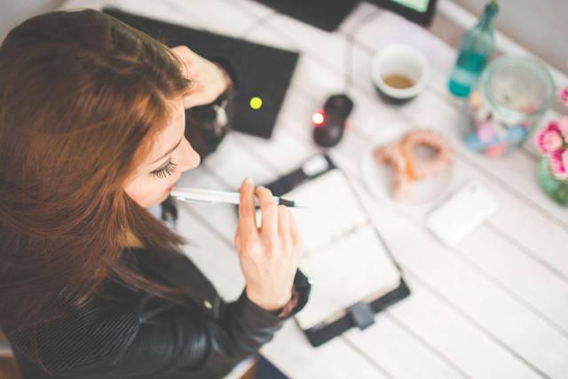 [フリー写真] システム手帳を開いて考え込んでいる仕事中の女性でアハ体験 -  GAHAG | 著作権フリー写真・イラスト素材集 (25736)