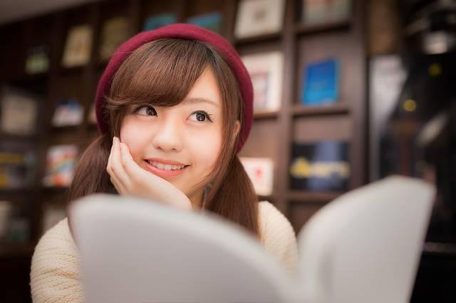 マンガを読みながら続きを妄想する美少女|フリー写真素材・無料ダウンロード-ぱくたそ (29279)