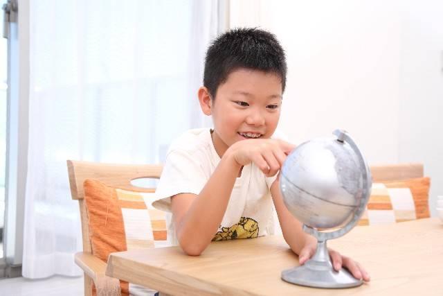 地球儀を見る子供2|写真素材なら「写真AC」無料(フリー)ダウンロードOK (41131)