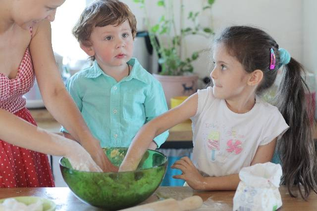 台所で料理の手伝いをする子供たちと母親2|写真素材なら「写真AC」無料(フリー)ダウンロードOK (42155)