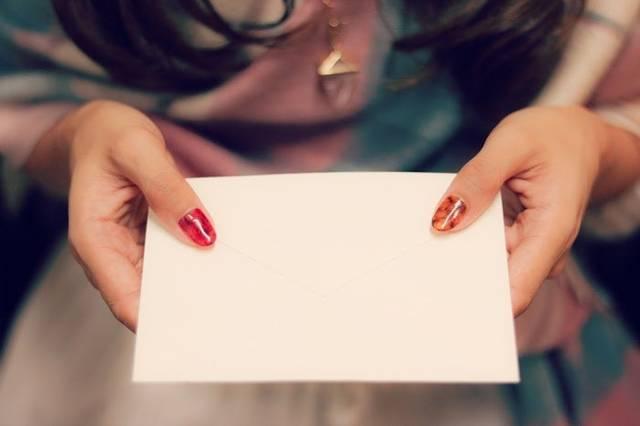 ドキドキ緊張しながら♡手紙を差し出す女の子のフリー写真画像|GIRLY DROP (47973)