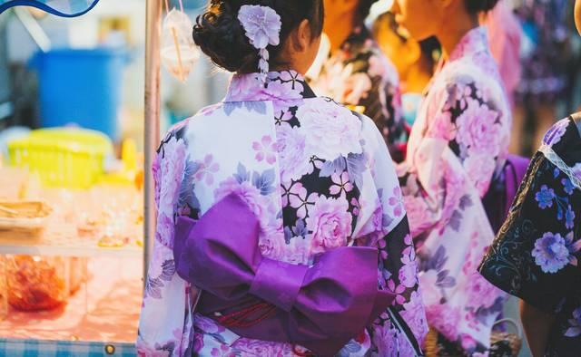 お祭りの屋台と浴衣少女 フリー写真素材・無料ダウンロード-ぱくたそ (55808)