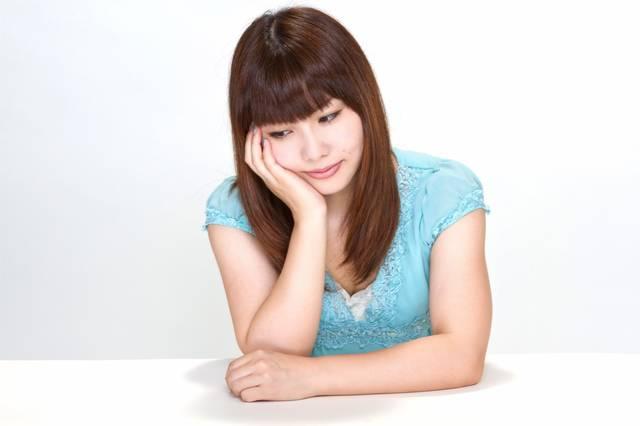 肘をつき悩む女性|ぱくたそフリー写真素材 (68052)