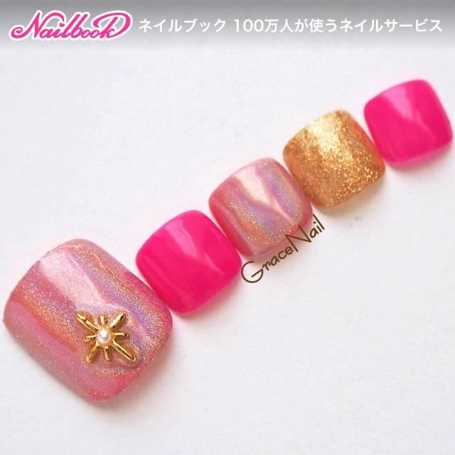 明るめのピンクで華やかなフットネイル