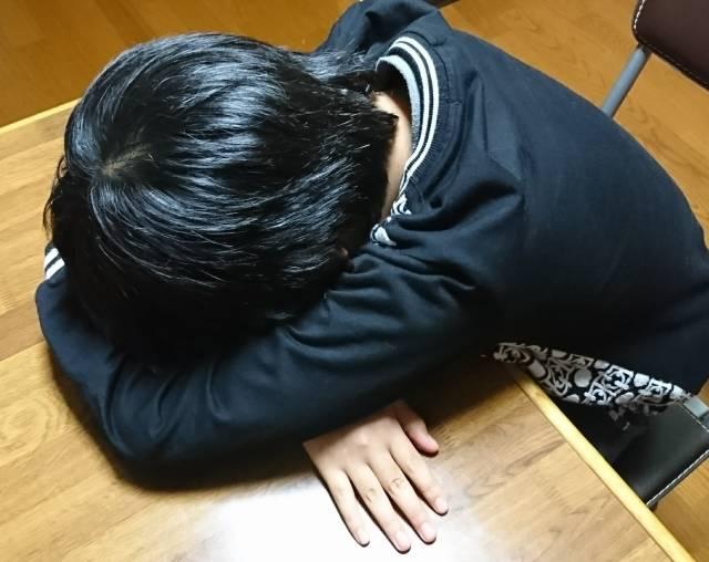 机にうずくまって泣く子供。|写真素材なら「写真AC」無料(フリー)ダウンロードOK (72852)