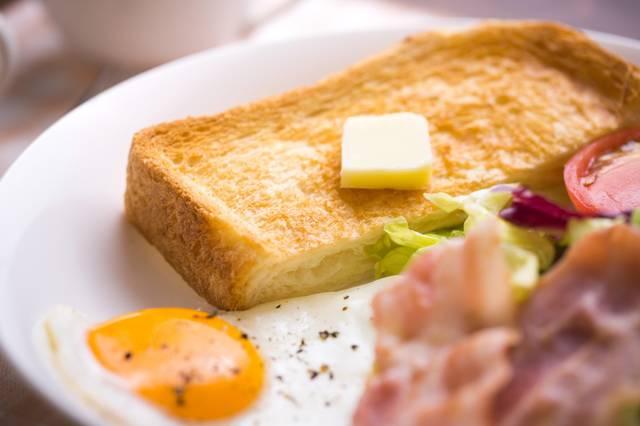 バターが乗ったこんがり食パン|ぱくたそフリー写真素材 (76684)