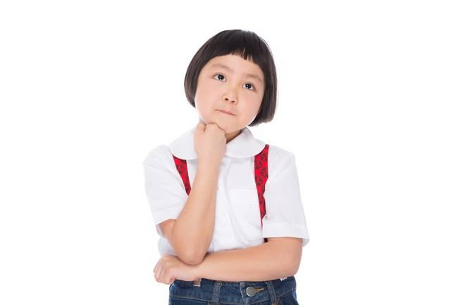 遠足のおやつを考える小学生の女の子|ぱくたそフリー写真素材 (76685)