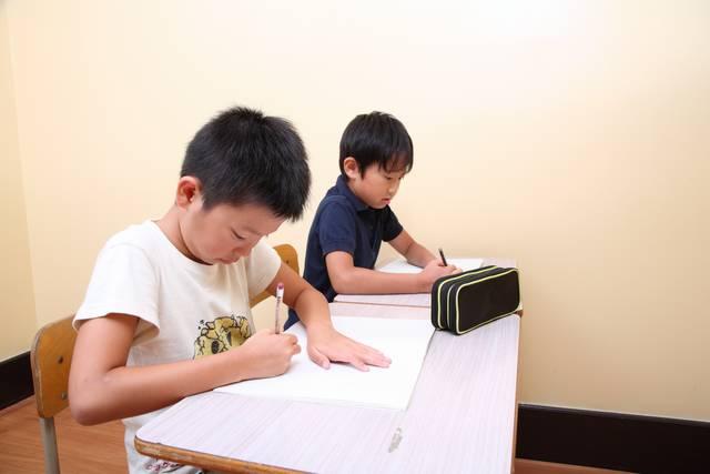 [フリー写真] 学習塾で勉強する子供たち -  GATAG|フリー素材集 壱 (82618)