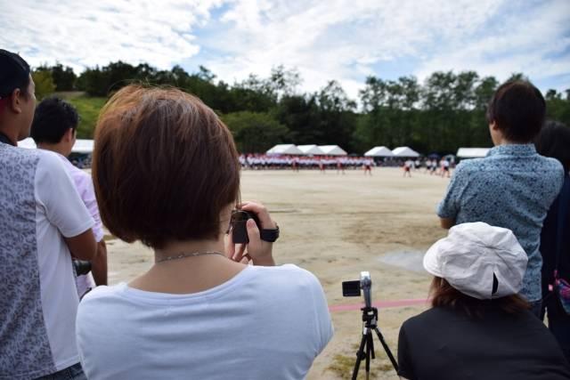 運動会を撮影するお母さん|写真素材なら「写真AC」無料(フリー)ダウンロードOK (83021)
