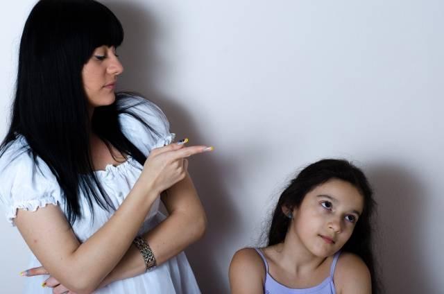 娘を指差す母親 セルビア人|写真素材なら「写真AC」無料(フリー)ダウンロードOK (94760)