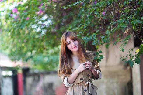 [フリー写真] トレンチコートを着た女性でアハ体験 -  GAHAG | 著作権フリー写真・イラスト素材集 (97431)