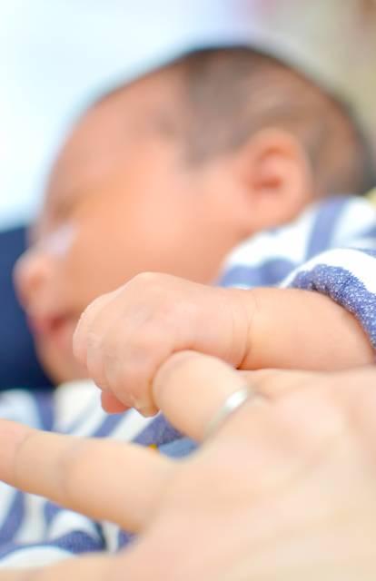 母親の指を握る赤ちゃん|ぱくたそフリー素材 (98791)