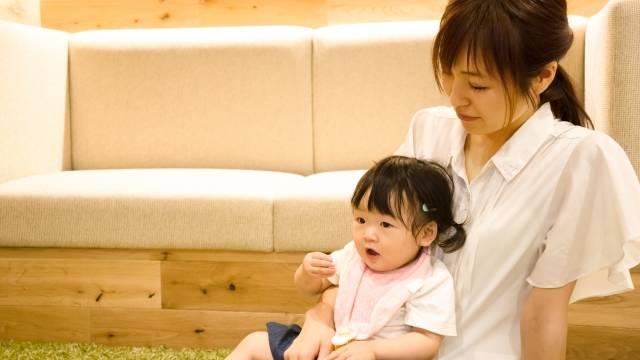 リビングで子供と遊ぶ 仕事終わりのお母さん|写真素材なら「写真AC」無料(フリー)ダウンロードOK (101579)