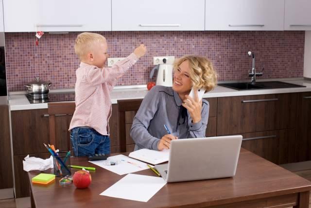 テーブルで息子の相手をしながら仕事をするお母さん25 - No: 699569|写真素材なら「写真AC」無料(フリー)ダウンロードOK (159249)